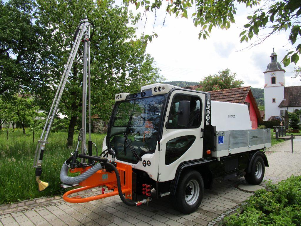T1700 mit Gießanlage und Wasserfass