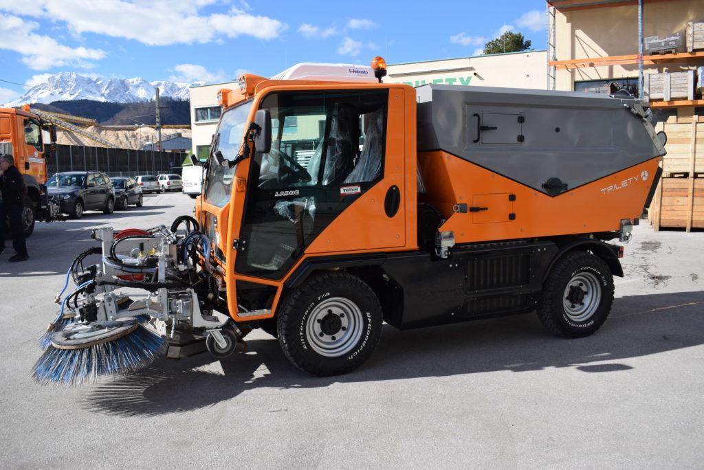 T1250 mit Frontkehrmaschine und Trilety Aufbau